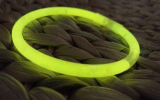 Comment faire fonctionner un bracelet fluo ?